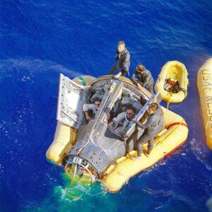 ...aby o pouhých deset hodin později dosedla do Pacifiku...