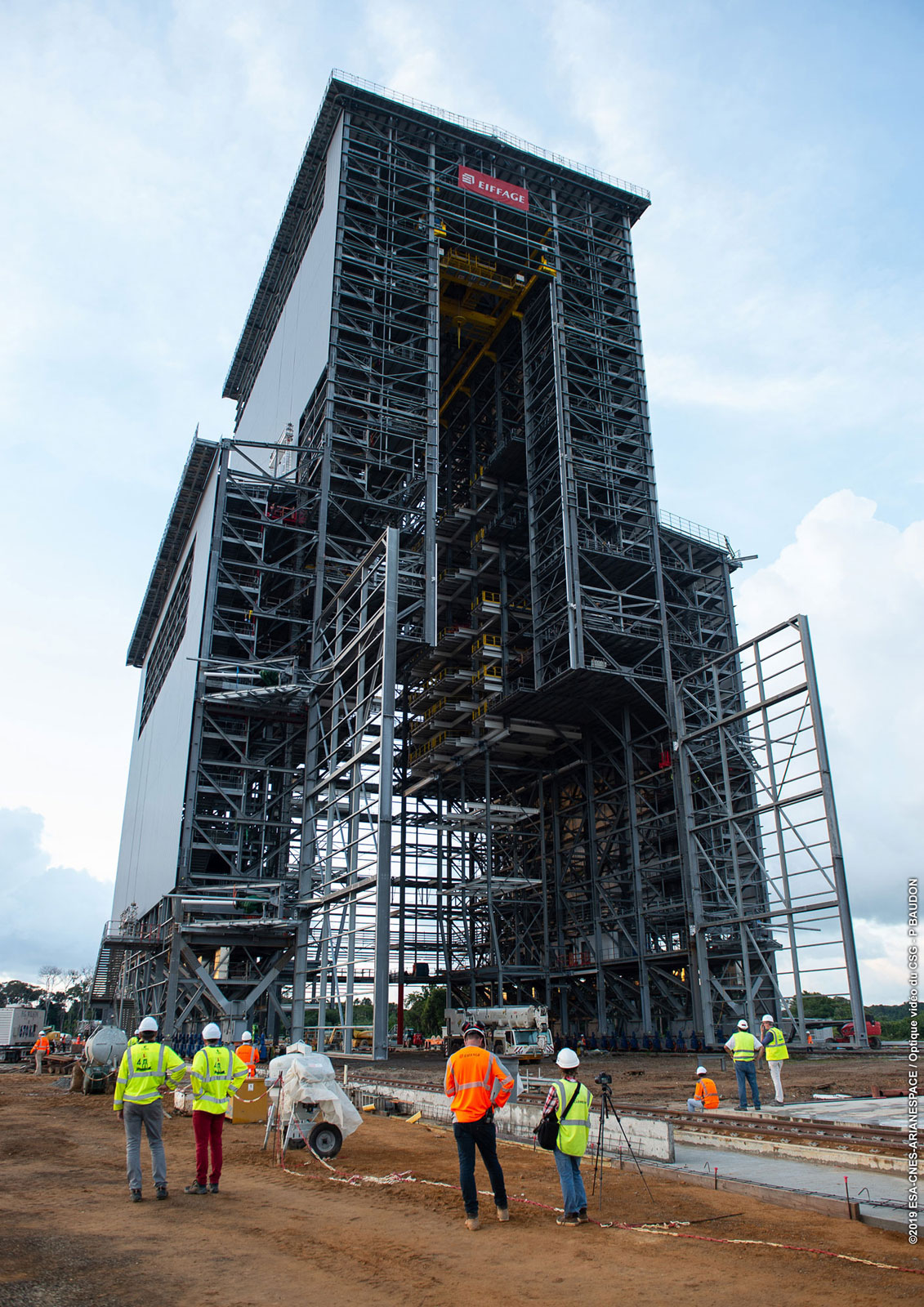 Obslužná věž Ariane 6 během stavby.