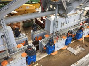 Mobilní věž spočívá na 16 podvozcích, přičemž každý z nich je vybaven osmi koly - každé kolo má svůj vlastní elektromotor.