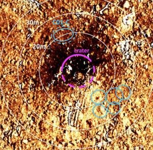 Srovnávací obrázek okolí nového kráteru - jsou zde vidět oblasti, které po jeho vytvoření ztmavly - zřejmě na ně dopadl vyvržený materiál.