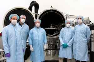 LaRa v testovací vakuové komoře obklopená členy svého týmu.