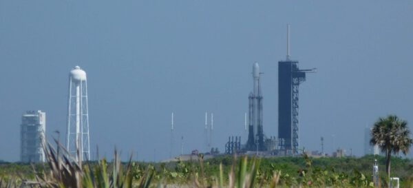 Falcon Heavy na rampě LC-39A pohledem z Playalinda beach