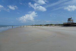 Hraniční plot KSC na Palayalinda beach. Startovní rampy jsou na dohled