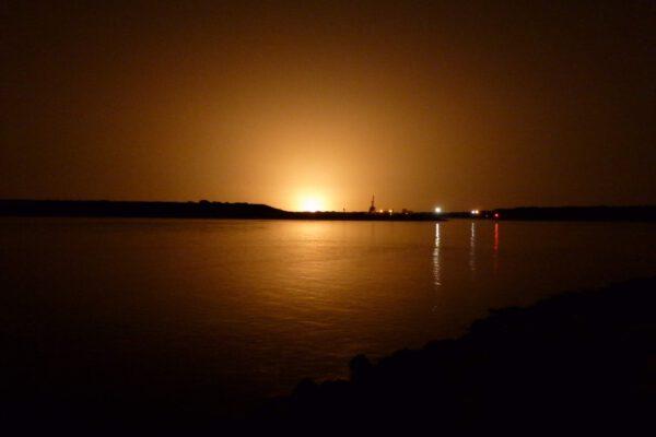 Noční start FH na misi STP-2 pohledem z Jetty Park v Port Canaveral