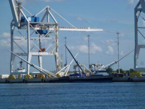 Loď GO Ms.Tree právě do přístavu přivezla první zachycený kryt z Falconu Heavy