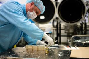 Odstraňování tepelných senzorů z přístroje LaRa.