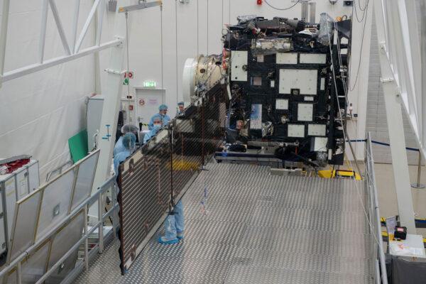 Solar Orbiter s rozloženým solárním panelem.
