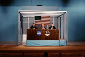 Tisková konference 5. července 1969, kde byly poprvé oznámeny názvy Columbia a Eagle plus představený emblém mise.