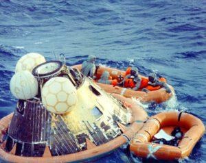 Clancy Hatleberg (vlevo; jako jediný nemá nafukovací vestu) a posádka Apolla 11 ve člunu po přistání
