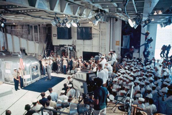 Kontextový záběr na posádku Apolla 11 s prezidentem Richardem Nixonem