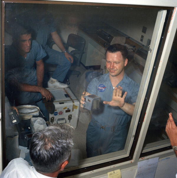 Fotograf Terry Slezak v karanténě ukazuje ruku znečištěnou od měsíčního prachu, ve druhé pak drží kazetu s filmem