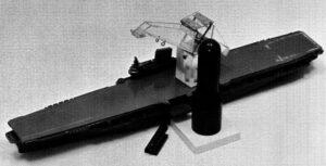 """Raketa pro techniku """"přímého letu"""" v podobě Laboratoře tryskových pohonů měla být sestavována na moři pomocí jeřábu na letadlové lodi třídy Midway."""