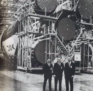 """William Anders, Frank Borman a Michael Collins před """"svou"""" raketou Saturn V SA-504; po vyřazení Collinse z posádky stejně letěla posádka na SA-503."""