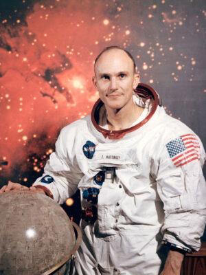 Ken Mattingly sice formálně nebyl v záložní posádce Apolla 11, ale v případě potřeby by zřejmě jako CMP letěl.