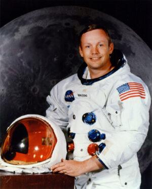 Prvním člověkem na Měsíci se nakonec stal Neil Armstrong.