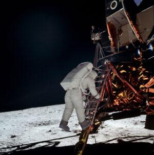 Edwin Aldrin se při prvním přistání na Měsíci stal druhým člověkem, který vstoupil na jeho povrchu.