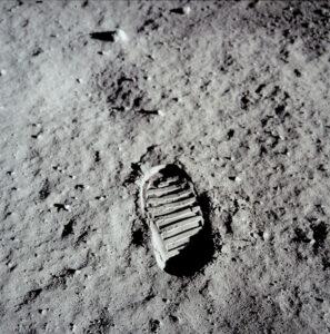 První stopu na Měsíci vytvořil Neil Armstrong, na této slavné fotografii je ovšem otisk boty Edwina Aldrina.
