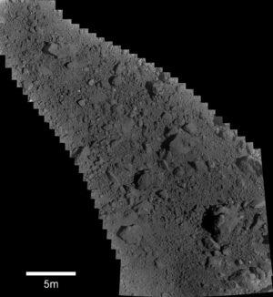 Snímek složený z 28 fotek pořízených kamerou ONC-T 13. června 2019 od 10:58 japonského času (horní levý roh) do 11:01 (pravý dolní roh). Vzdálenost sondy byla od 52 do 108 metrů. Bílý bod uprostřed je cílový zaměřovač. V levém spodním okraji složeného snímku vidíme uměle vytvořený kráter.