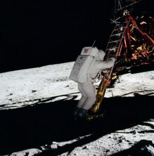 """Představte si, že by na Měsíc vstoupil jako první člověk Frank Borman. To by asi nebyl žádný """"malý krok, velký skok"""", ale """"zmar, krátery, šeď, ale jsme tu první, první, první!"""""""
