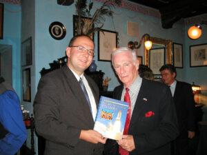Autor seriálu s Eugenem Cernanem (září 2004, U Modré kachničky na Malé Straně)