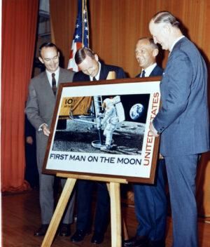 """Představení poštovní známky """"First Man on the Moon"""", jejíž raznice přistála v červenci 1969 na Měsíci"""