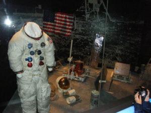 Skafandr Edwina Aldrina vystavovaný v National Air and Space Museum (Washington, D.C.)