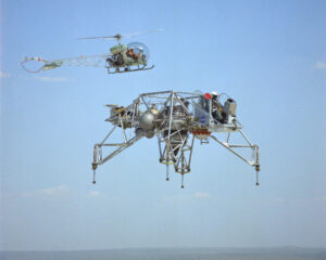 LLRV-1 za letu monitoruje vrtulník Bell 47 Helicopter