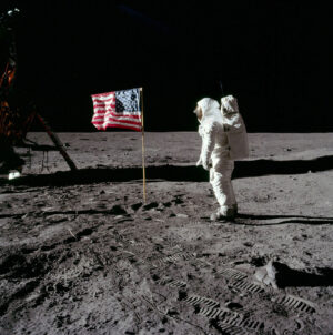 Americká vlajka na Měsíci se stala jedním ze symbolů programu.