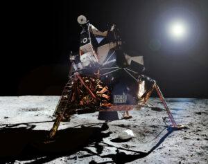 Lunární modul Eagle na Měsíci; na žebříku vlevo je patrné pouzdro s vlajkou.