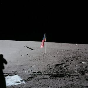 Při misi Apollo 12 byl s lunární vlajkou problém, západka nefungovala a nedržela nosnou tyč v horizontální poloze.