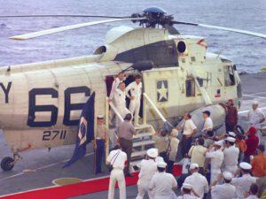 Posádka Apolla 8 vystupuje z vrtulníku 66