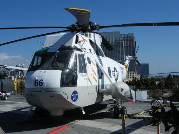 """Pravý bok """"vrtulníku 66"""" na USS Midway nese imatrikulaci s číslem 68"""