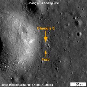 Fotografie přistávacího modulu Čchang-e 3 a Nefritového králíka pořízené americkou měsíční družicí LRO