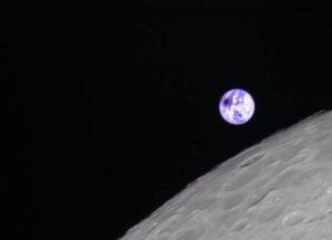 Ze dvou malých satelitů, které doprovázely retranslační družici Čchüe-čchiao, funguje pouze Lung-ťiang-2. Ten pořídil pěknou fotografii jevů doprovázejících zatmění Slunce na Zemi, které proběhlo 2. července 2019. Pěkně je vidět černý flek vytvořený měsíčním stínem na zemském povrchu.
