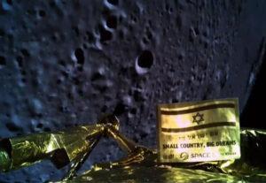 Vlastní snímek přistávacího modulu Beresheet na pozadí povrchu Měsíce pár minut před dopadem