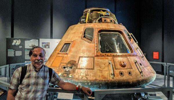 """Nemám rád fotky typu """"já a něco"""", ale jednu si nemohu odpustit. Díky tomu, že jsem se nedávno octl na chvíli v Seattlu, kde probíhala v místním leteckém muzeu výstava k výročí letu Apolla 11, mohl jsem se i dotknout kabiny právě Apolla 11."""