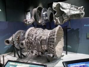 Zbytky raketového motoru F-1 rakety Saturn 5 Apolla 12 vyzdvižené ze dna oceánu výpravou Jeffa Bezose na výstavě k výročí Apolla 11 v Leteckém muzeu Seattle