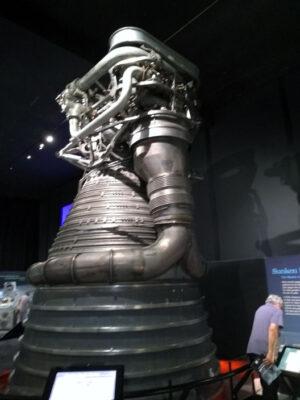 Pro srovnání původní motor F-1 rakety Saturn 5 připravovaný pro Apolla 16, který se ale nakonec nepoužil, na výstavě k výročí Apolla 11 v Leteckém muzeu Seattle