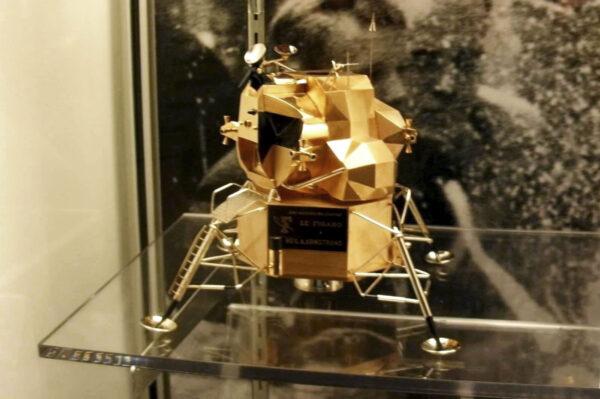 """Zlatý lunární modul, který """"zmizel"""" z muzea v listopadu 2017"""