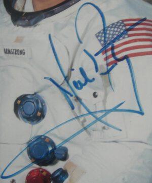 Podpis Neila Armstronga přes vlajku? Fejk jak bejk.