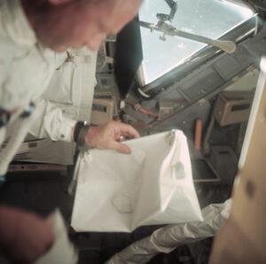 """Edwin Aldrin a """"McDivittova kabelka"""" během v lunárním modulu Eagle během letu k Měsíci"""