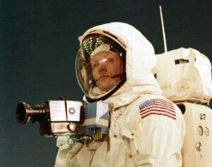 Neil Armstrong během výcviku s kamerou Hasselblad 500EL