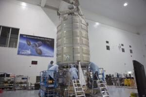Zásobovací loď Cygnus pro ISS. Modul MHM (HALO) bude mít spojovací uzly i v plášti válce.