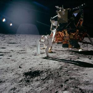 "Edwin Aldrin rozkládá ""švýcarskou vlajku"" alias experiment SWC"