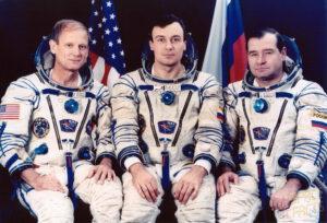 Expedice EO-18: (zleva) Thagard, Děžurov, Strekalov