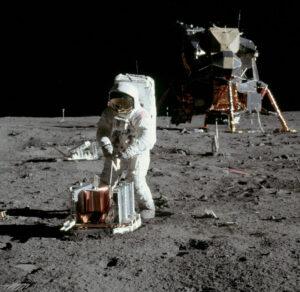 Edwin Aldrin se chystá rozložit experiment PSEP