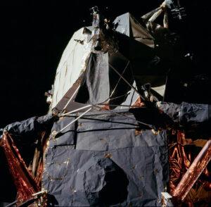Lehce pokrčený deflektor pod kvadrantem trysek RCS lunárního modulu Eagle