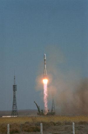Sojuz TM-21 se vydává do vesmíru