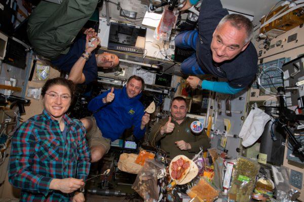 Večeře na Mezinárodní kosmické stanici