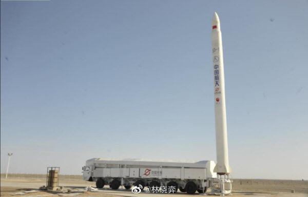 Raketa Jielong-1 startuje z kolového transportéru.